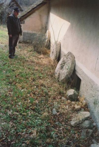Ostanki mlinskih kamnov pri turistični kmetiji Obolnar