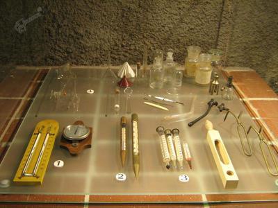 Steklovina in pripomočki za merjenje vlage in temperature