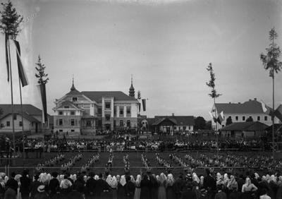 Društveni dom na dan slovesne otvoritve z nastopom Orlov