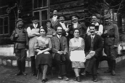 Igralci igre Divji lovec pred šolo leta 1936