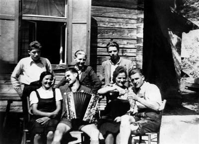 Pred Žvabovo gostilno (1937)