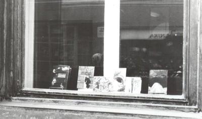 Razstava knjižnih ovitkov v izložbenem oknu