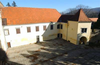 Borl - zunanje grajsko dvorišče