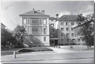 Vogalna stavba v Maistrovi ulici 5 in plato pred njo