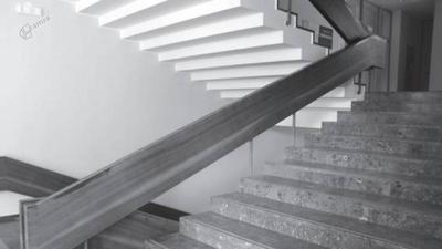 Glavno stopnišče z ograjo s spodaj vgrajenimi lučmi