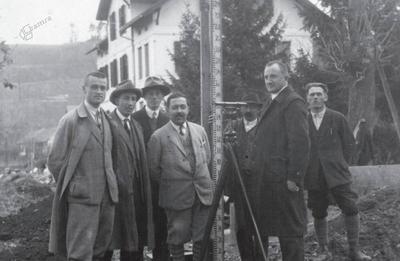 Geometer Anton Vončina (drugi z desne) pri delu na terenu