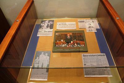 Olimpijska vitrina z razstave v Slovanski knjižnici