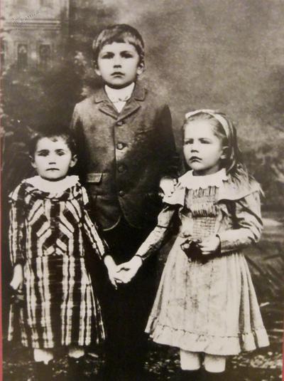 Vladimir Levstik s sestrama Jelo in Vero, (1895)