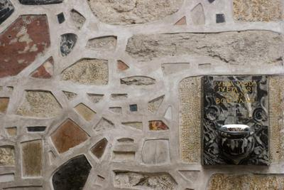 Kamniti zid s kropilnikom