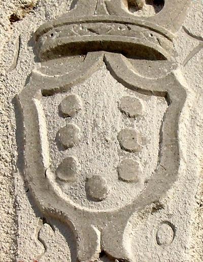 Grb Petazzijev vzidan pri Mušcovih v vasi Naklo