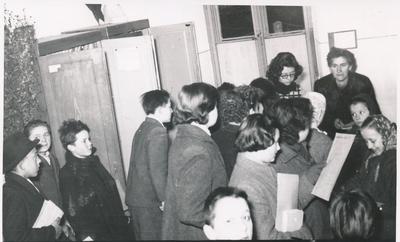 Savica Zorko med izposojanjem knjig leta 1955