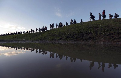 Policija spremlja begunce proti Brežicam