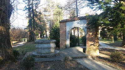 Kamniti slavolok in kamniti vodnjak v parku