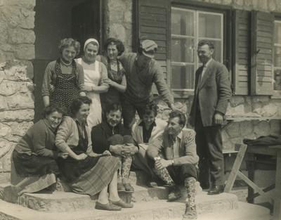Sodelavci pred Tončkovim domom