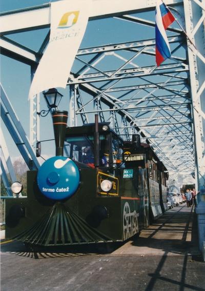 S turističnim vlakom čez stari brežiški most