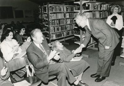 Občinska matična knjižnica Savici Zorko podeljuje priznanje (1986)