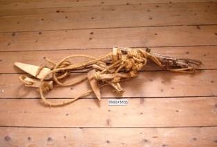 Kogrime med reb og tøjrpæl af træ