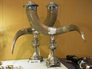 Drikkehorn i horn og sølvlignende metal