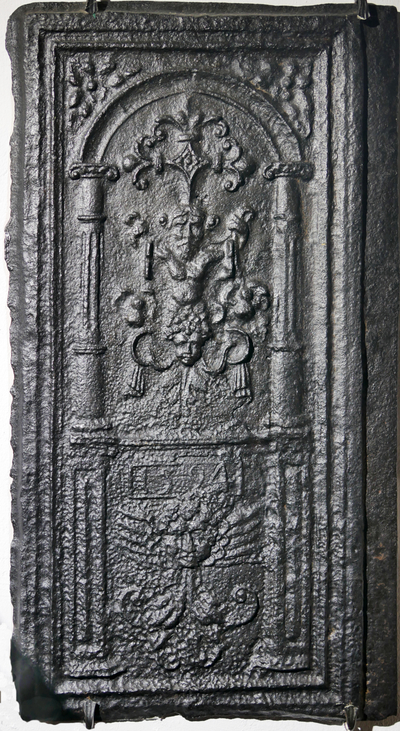 Ofenplatte mit einem Kopf über Rollwerkranken und einer Abbildung des Bachus