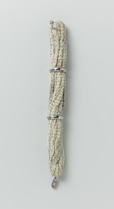 9fa6719f1c7 Beurs van gebreide witte en blauwe wol, voorzien van twee stalen ringen