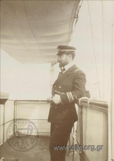 Ο Σοφοκλής Δούσμανης(υποπλοίαρχος ΒΝ) στο κατάστρωμα του οπλιταγωγού