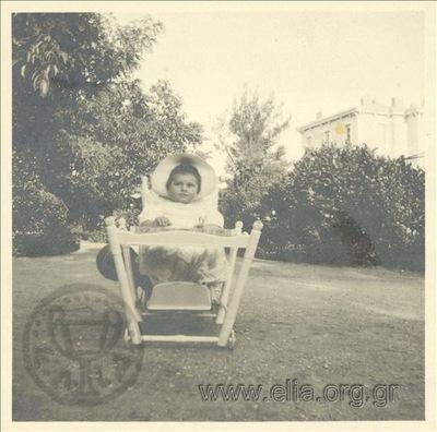 Ο Νικόλας Κάλας (1907-1988), μωρό, σε καρεκλάκι, σε κήπο οικίας, Κηφισιά.