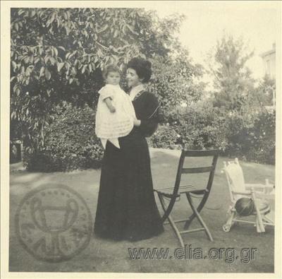 Ο Νικόλας Κάλας (1907-1988), μωρό, στην αγκαλιά της μητέρας του, Ρόζας, σε κήπο οικίας, Κηφισιά.