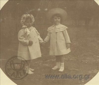 Ο Νικόλας Κάλας (1907-1988), παιδί, με την Hélène σε πάρκο στο Χαλάνδρι.