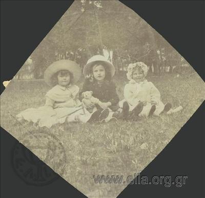 Ο Νικόλας Κάλας (1907-1988), παιδί, με δύο κορίτσια σε πάρκο στο Χαλάνδρι.