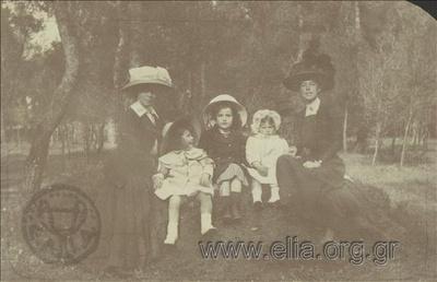 Ο Νικόλας Κάλας (1907-1988), παιδί, με δύο κορίτσια και γκουβερνάντες σε πάρκο στο Χαλάνδρι.