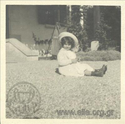 Ο Νικόλας Κάλας (1907-1988), παιδί, σε κήπο, Champ Soleil.