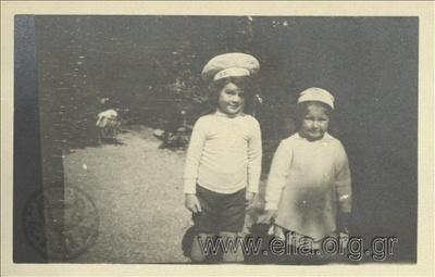 Ο Νικόλας Κάλας (1907-1988) με την Hélène, παιδιά, στον Εθνικό Κήπο.