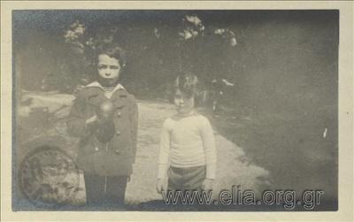 Ο Νικόλας Κάλας (1907-1988), παιδί, με φίλο στον Εθνικό Κήπο.