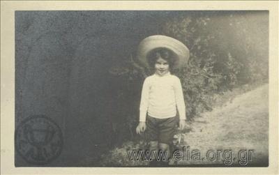 Ο Νικόλας Κάλας (1907-1988), παιδί, με καπέλο στον Εθνικό Κήπο.