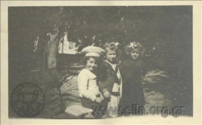Ο Νικόλας Κάλας (1907-1988), παιδί, με δύο φίλες στον Εθνικό Κήπο.