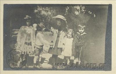 Ο Νικόλας Κάλας (1907-1988), παιδί, με φίλους στον Εθνικό Κήπο.