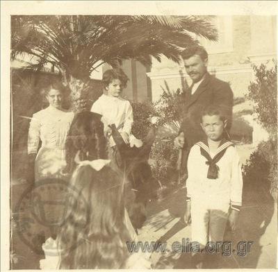 Ο Νικόλας Κάλας (1907-1988) πάνω σε γαϊδουράκι με φίλους σε κήπο.