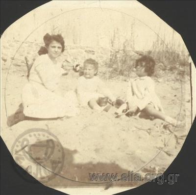 Ο Νικόλας Κάλας (1907-1988), παιδί, με φίλες παίζουν στην άμμο, Παλαιό Φάληρο.