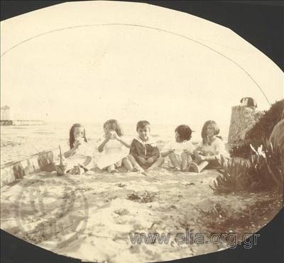 Ο Νικόλας Κάλας (1907-1988), παιδί, με φίλους στη θάλασσα, Παλαιό Φάληρο.