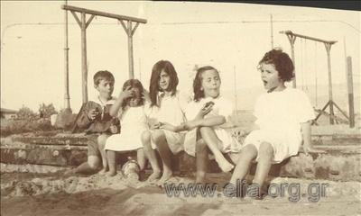 O Νικόλας Κάλας (1907-1988), παιδί, με φίλους στη θάλασσα, Παλαιό Φάληρο.