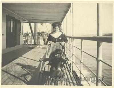 Ο Νικόλας Κάλας (1907-1988) με φίλο, στο κατάστρωμα πλοίου.