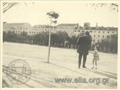 Ο Νικόλας Κάλας (1907-1988), παιδί, στο δρόμο με τον πατέρα του, Ιωάννη.