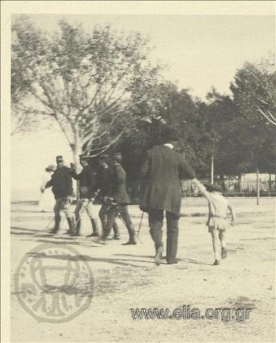 Ο Νικόλας Κάλας (1907-1988), παιδί, με τον πατέρα του, Ιωάννη, περπατούν στο Mon Repos.