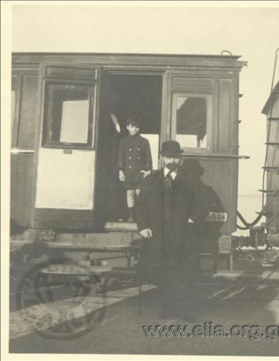 Ο Νικόλας Κάλας (1907-1988), παιδί, με τον πατέρα του, Ιωάννη, σε βαγόνι.