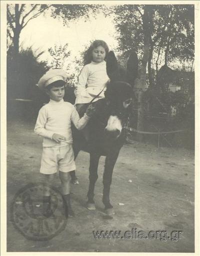 Ο Νικόλας Κάλας (1907-1988) και η Hélène, παιδιά, σε γαϊδούρι.