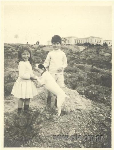 Ο Νικόλας Κάλας (1907-1988) και η Hélène, παιδιά, με σκύλο στην εξοχή.