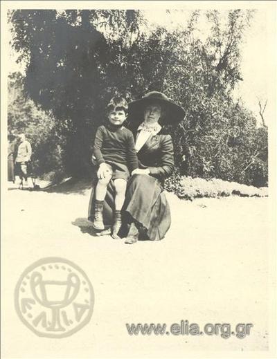 Ο Νικόλας Κάλας (1907-1988), παιδί, με γυναίκα στον Εθνικό Κήπο.