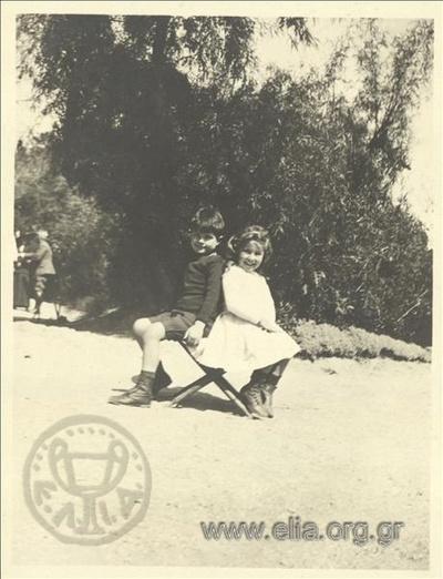 Ο Νικόλας Κάλας (1907-1988) και η Hélène, παιδιά, στον Εθνικό Κήπο.