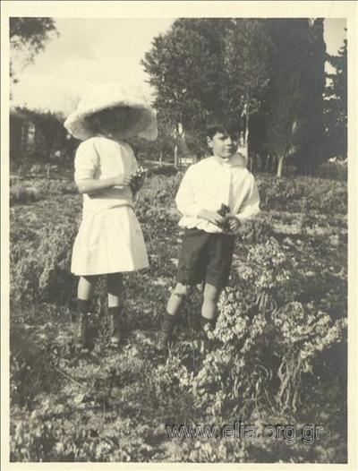 Ο Νικόλας Κάλας (1907-1988), παιδί, με την πριγκίπισσα; στην εξοχή.