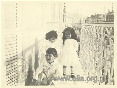 Ο Νικόλας Κάλας (1907-1988) με δύο κορίτσια σε μπαλκόνι.